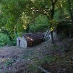 Ci-dessus, le moulin qui possède encore sa couverture en lauze. On peut voir une colonne sur la droite, il s'agit de la conduite forcée (en métal) qui a été rénovée dans les années 1943. A l'origine elle était en bois.