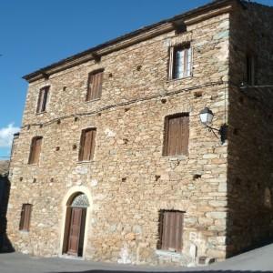 A l'origine presbytère, ce bâtiment est devenu une école, une mairie et aujourd'hui des logements sociaux.